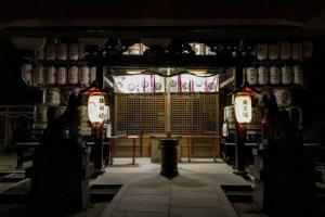 Вы можете увидеть бочонки сакэ по обе стороны от храмового алтаря