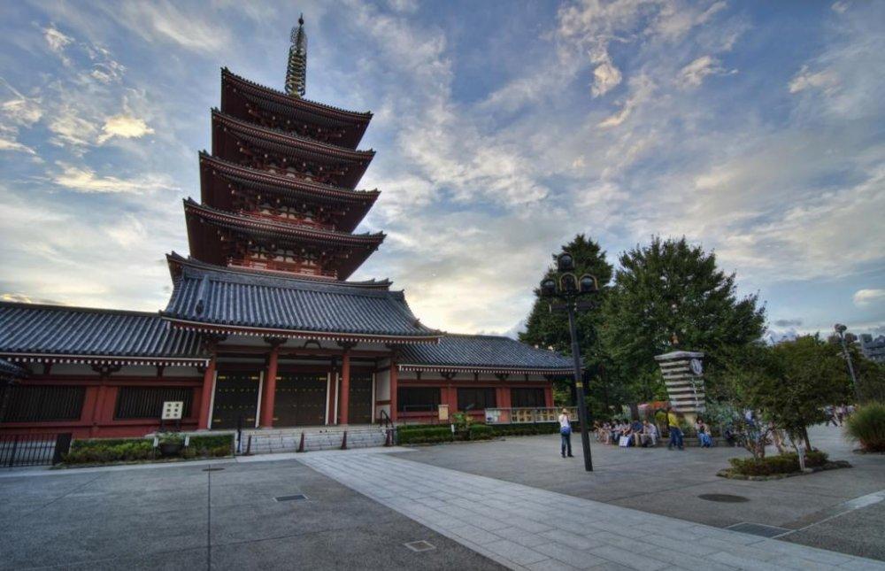 Прекрасноя пятиэтажная пагода на территории храма Сэнсодзи