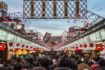 축제 기간 동안 나카미세 도리의 사람들은 기동이 극도로 어려워 질 수 있다