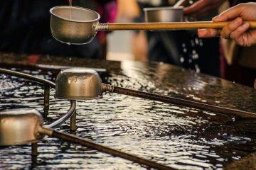신자들이 종교적인 의식으로 사용하는 이 물은 음주가 아니라 정화의 목적으로 사용한다