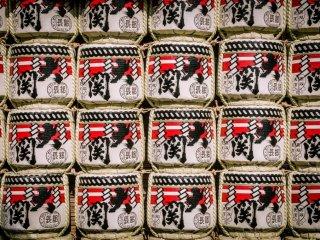 ถังเหล้าสาเกที่วัดเซ็นโซะจิในระหว่างที่มีตลาด Hagoita