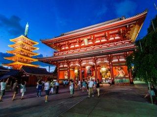 Ворота Хозомон с пятиэтажкой пагодой на заднем плане представляют собой величественную картину, и приветствуют всех прохожих и туристов посетить территорию храма.
