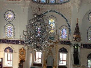 イスラム教の方々だけでなく、大勢の観光客も訪れています。