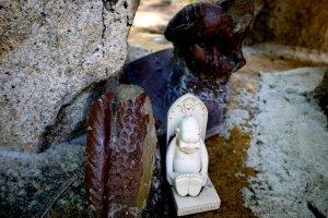 Một số bức tượng thú vị dọc theo những con đường mòn xung quanh ngôi đền