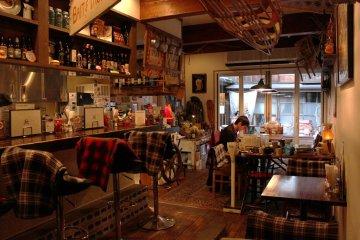 <p>Center 4 Hamburgers Takayama Inviting Interior</p>