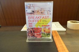 มีบริการอาหารเช้าในราคา 1200 เยนสำหรับผู้ใหญ่ 600 เยน สำหรับเด็ก