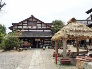 ไดเซ กะมะ (Daisei Gama) ในเมืองมะชิโกะ เป็นทั้งสตูดิโอ เวอร์ช็อป (workshop) และร้านค้า