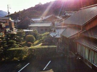 Вид на дом периода Эдо рядом с Ёкан. Выступающее крыльцо говорит о том, что это был дом самурая.