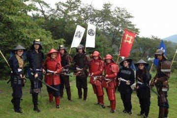 Иностранные туристы в легких самурайских доспехах, взятых напрокат