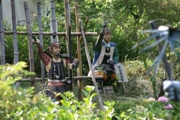 Бетонные статуи в Warland, воспроизводящие битву