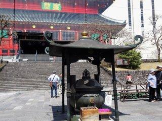กระถางธูปหน้าอาคารซานบุตซึตโดะ (Sanbutsudo)