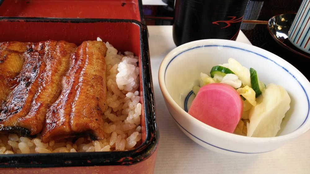 กล่องข้าวหน้าปลาไหลย่างกับซุปและผักดอง ในราคา 2,600 เยน