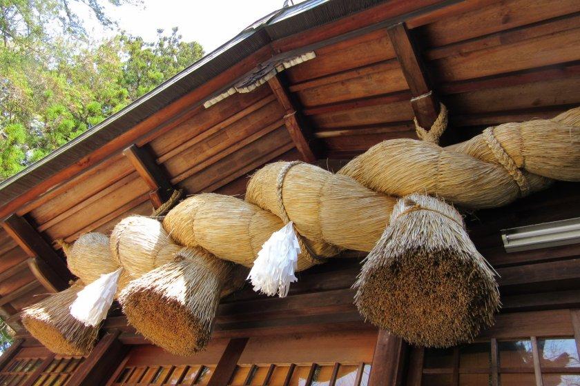 Huge shimenawa is one of the main traits of Suwa Taisha