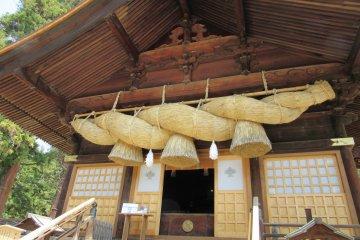 Симэнаву таких размеров в других синтоистских храмах не увидишь!