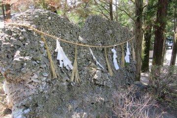 Древние камни также являются священными в синтоизме