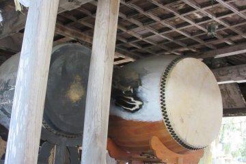 Огромный барабан в храме Камися
