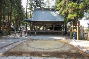 Ринг сумо в храме Камися