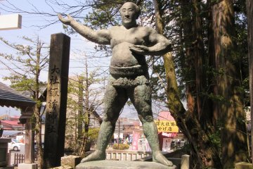 Статуя борца сумо в храме Камися