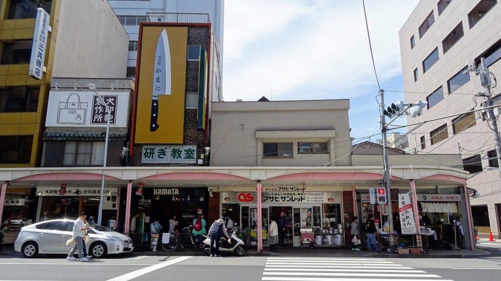 ร้านมีดคะมะตะ ฮะเก็นชะ (Kamata Hakensha) คุณสามารถมองเห็นได้ง่ายจากป้ายมีดขนาดใหญ่หน้าร้าน