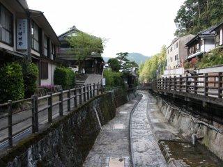 La rivière traverse le village