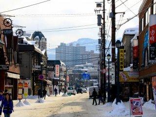 Sakaimachi est une rue marchande animée bordée de vendeurs de fruits de mer, de douceurs, de souvenirs, de verriers et de restaurants