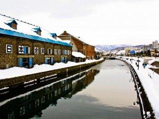 Des entrepôts parfaitement restaurés longent le canal