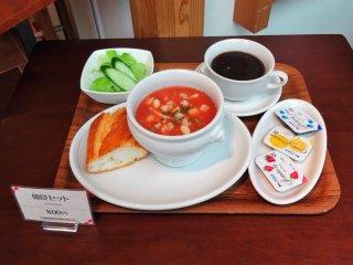 ชุดอาหารเช้าประกอบด้วย ซุปประจำวัน สลัด ขนมปัง และกาแฟ ในราคา 800 เยน จัดว่าเป็นอาหารเช้าเบาๆ ลองท้องก่อนขึ้นเครื่อง