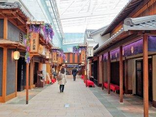 เอโดะ-โคะจิ (Edo-Koji) แหล่งช้อปปิ้งและศูนย์รวมร้านอาหาร บนชั้นสี่ของอาคารระหว่างประเทศ ท่าอากาศยานนานาชาติโตเกียว หรือรู้จักกันโดยทั่วไปว่า ท่าอากาศยานฮะเนะดะ พื้นที่ที่ออกแบบตกแต่งตามสถาปัตยกรรมสมัยเอโดะ