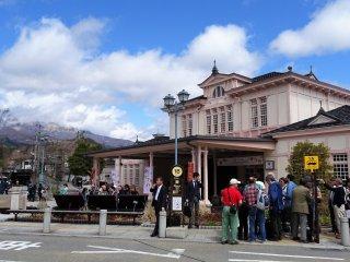 สถานีรถไฟนิกโกะ ซึ่งเป็นสถานีที่เก่าแก่และมีความงามเป็นเอกลักษณ์ ออกแบบโดยสถาปนิกชื่อดังชาวอเมริกัน Frank Lloyd Wright (2410-2502)