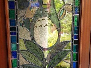 บานหน้าต่างตกแต่งด้วยกระจกสี เป็นรูปตัวการ์ตูนน่ารักๆ