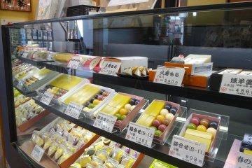 ขนมหวานของที่ร้านมีให้เลือกละลานตา ตั้งแต่ ขนมโมจิหลากหลายชนิด