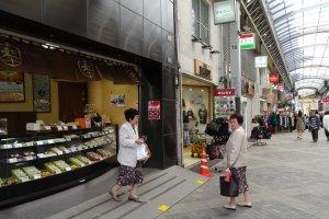 ร้านฟุนะวะ (Funawa)  ตั้งอยู่ในถนนช้อปปิ้งชิน-นะคะมิเสะ (Shin Nakamise) ซึ่งแปลว่า 'ถนนนะคะมิเสะใหม่'