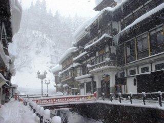 冬天,山形县雪量高,在银山温泉也是堆积如山