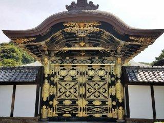 ประตูลงรักลายทอง