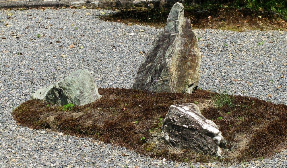 Камни воспринимаются как природная скульптура