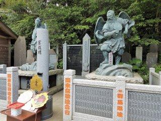 รูปปั้นหินของเท็งงุ (tengu) เทพผู้พิทักษ์ภูเขาและป่าไม้