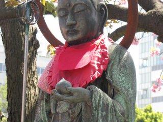 В парке Уэно можно встретить буддистские символы наряду с синтоистскими, как и по всей Япониии