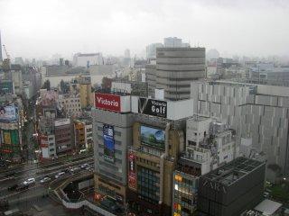 Множество магазинов вокруг станции Синдзюку