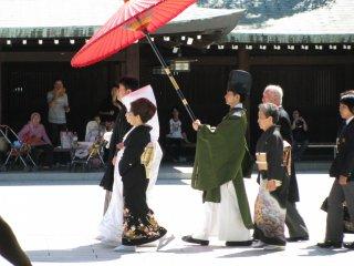 В выходные дни в храме проводится много свадебных церемоний
