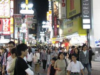 Станция Сибуя. Особенно оживлённое место вечером, со множеством магазинов и ресторанов