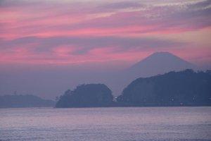 Прекрасная гора Фудзи, виднеющаяся с пляжа Камакура