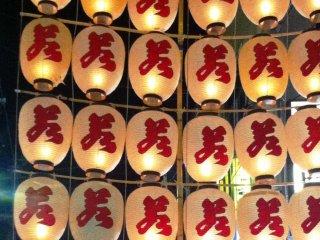 Les caractères des lanternes représentent les différentes équipes du festival