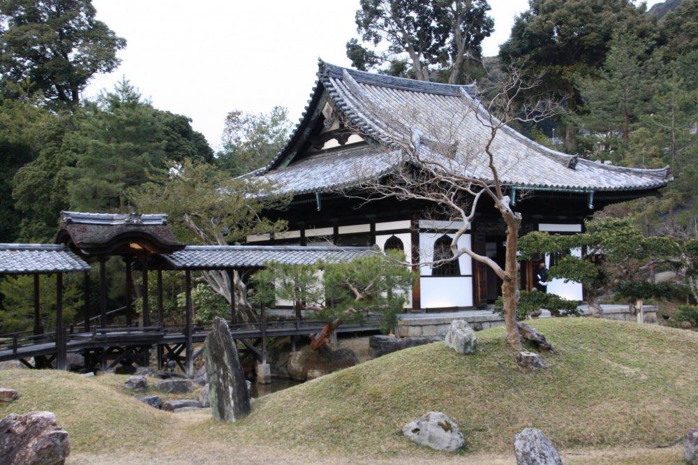 Le temple Kodai-ji a un beau jardin et plusieurs bâtimen