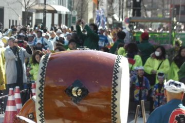 Taiko drummers putting on a show