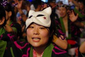 Dans les dernières années, des nouveautés telles que ces masques sont portées en plus des costumes traditionnels