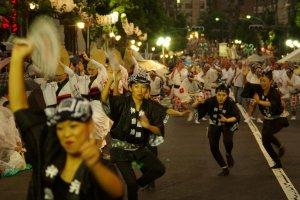 La danse a lieu sur différentes routes, lorsqu'ils atteignent la fin, ils se déplacent vers la route suivante
