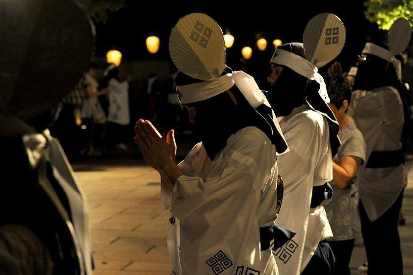 Không phải cầu nguyện mà là một động tác lặp lại thường xuyên trong điệu nhảy