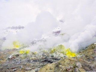 屈斜路湖岸の硫黄石
