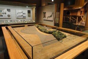 """Sala de exposição dedicada ao período Kofun, com a reprodução dos famosos monumentos funerários em forma de """"buraco de fechadura"""""""