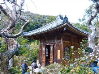 Pequeno abrigo para estátuas jizo (Jizo-do) junto ao jardim de rochas